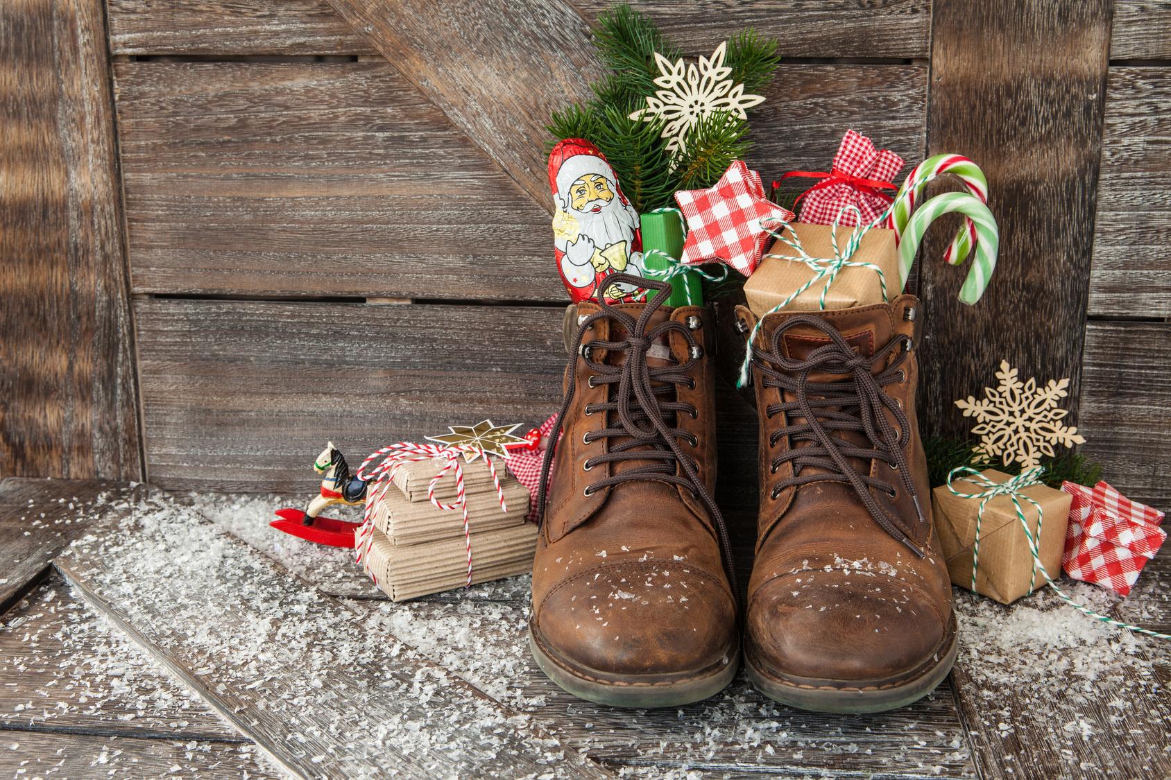 Braune Lederstiefel mit Geschenken und Suessigkeiten zu Weihnachten
